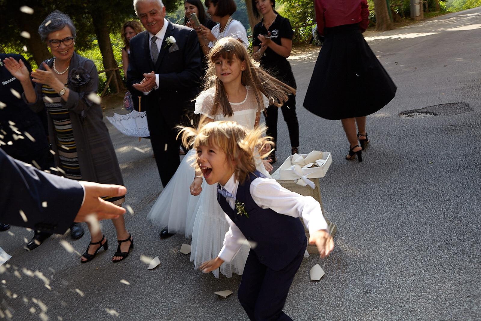 bambino riso chiesa sposi matrimonio stile