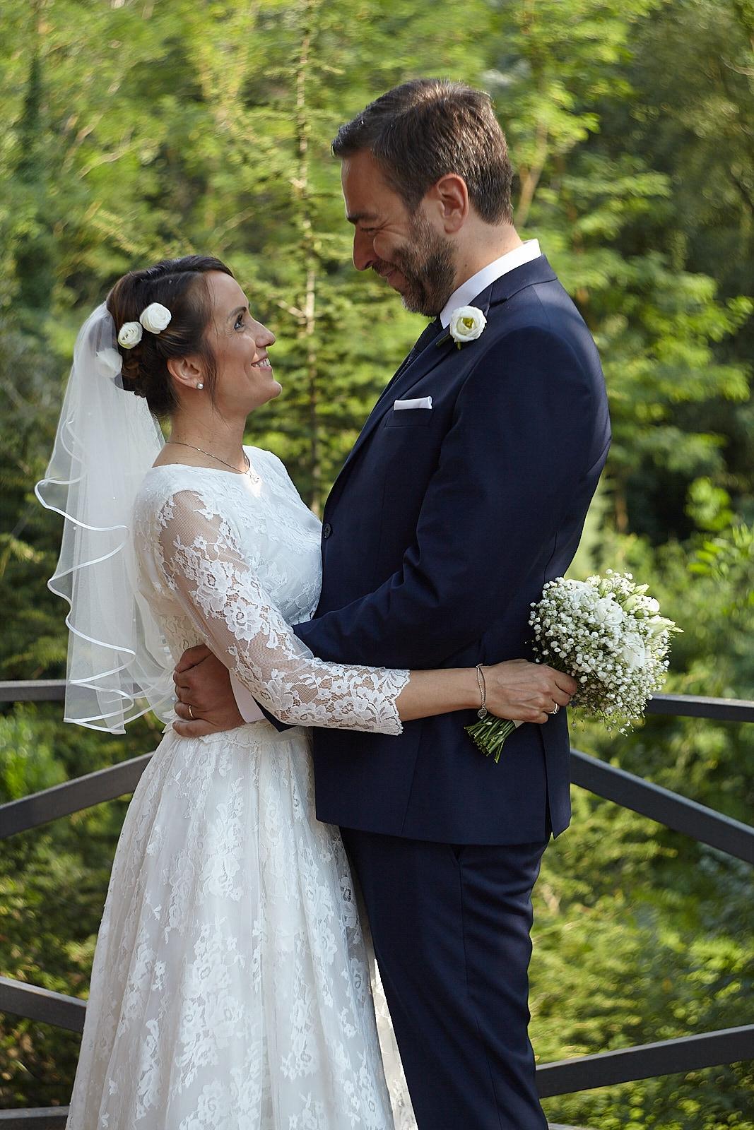 matrimonio sposi stile vestito velo colline castello piante