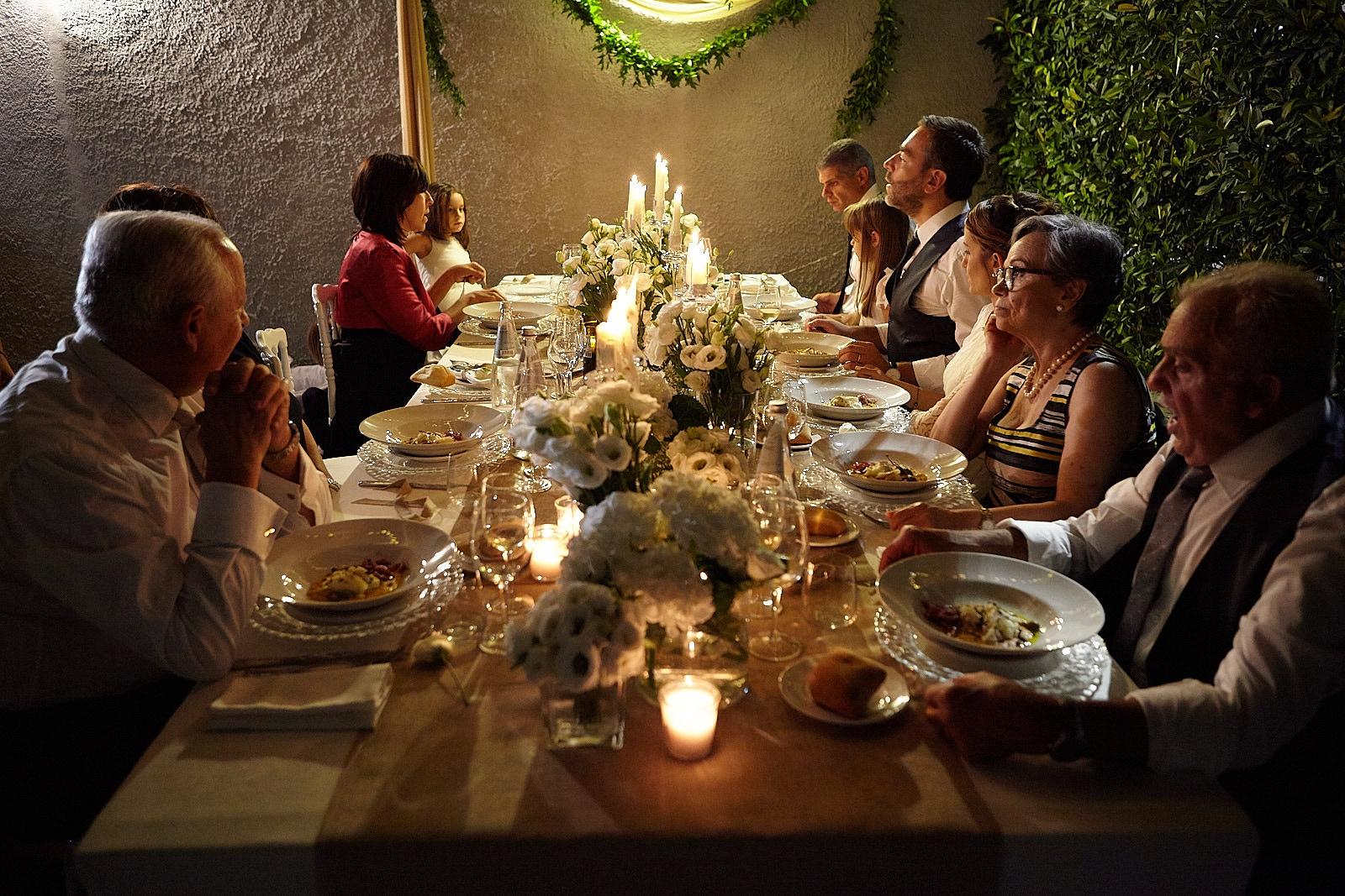 tavola invitati candele fiori intimo lusso matrimonio stile